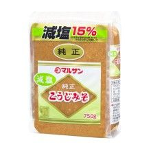 [Marusan-ai]減塩純正こうじみそ 750g 好評をいただいている純正こうじの減塩タイプです。標準的な味噌にくらべ、塩分を15%オフにしています。褐色系の米みそで、毎日飲んでも飽きのこない風味です。こうじ歩合は7.5歩です。ご家庭でお気に入りのだしでお召し上がりいただけます。アレルギー物質: 大豆 商品基本情報 商品名 減塩純正こうじみそ 内容量 750g 小売参考価格(税抜)530円 賞味期間 180日 保存方法 直射日光を避け、保存してください 原材料 大豆(※)、米、食塩 栄養成分(100g当たり)エネルギー 180kcal たんぱく質 10.4g 脂質 4.8g 炭水化物 23.8g ナトリウム 3.9g 食塩相当量 9.9g 種類 米みそ 甘辛 中甘口 塩分(%)9.9  ※遺伝子組換えでない大豆を分別管理して使用しています。荷姿等 荷姿 750g×12 ケースサイズ(mm)W355×D217×H136 ケース重量(kg)9.6 商品サイズ(mm)W100×D48×H133 商品重量(g)770 JANコード 4901033120078 品番 12007