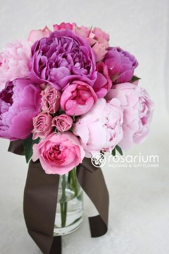 ブーケの写真・フォトギャラリー 芍薬とバラのクラッチブーケ