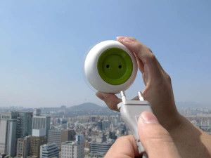 Os designers deste produto criaram uma tomada portátil que pode ser anexada a uma janela e, desta forma, pode captar a luz solar e transformá-la em energia