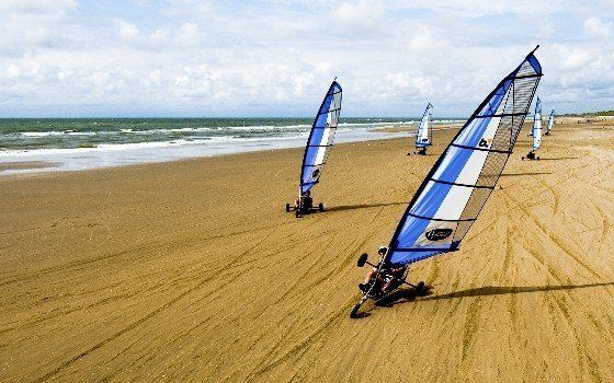 Blokarting is not allowed on all Dutch beaches but IJmuiden aan Zee has a special permit. If you've never heard of it, blokarting is like windsurfing in a special beach sailing kart. This means you sail across the sand in a super versatile little cart, reaching spectacular speeds.