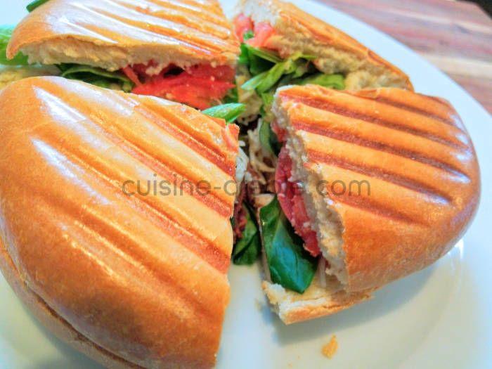 L'agoulou (qui signifie vorace en créole) est le sandwich cousin du bokit. Il est constitué d'un pain légèrement brioché, garni, puis toasté dans unappareilà panini *MISE A JOUR VERSIONAMÉLIORÉE* Pour 4 pains à agoulou 500g de farine 1 sachet de levure boulangère super active 2cs de sucre 10g de sel 50g de beurre doux mou...
