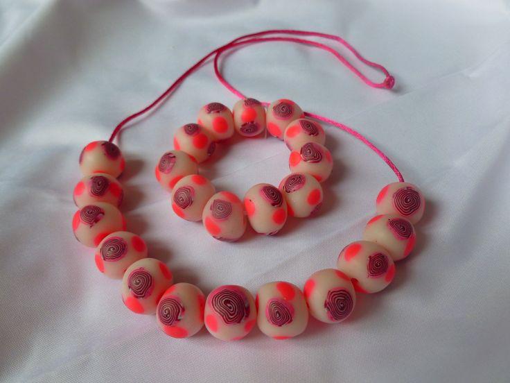 Andělský plamének - dětské korálky a náramek Tentokrát jsem připravila dětskou sadu korálek a náramku v barvách fialová-neonová růžová-bílá. Korálky jsou menší a vlastnoručně vyrobené z polymerové hmoty, navlečené na kulaté růžové saténové stužce, která je velmi pevná a měří 60cm, je vhodná pro každý krček, snadno jde i zkrátit podle potřeby. Náramek ...