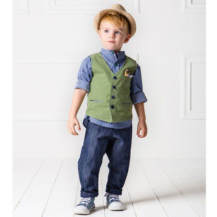 To Κουστούμι Kevin της Cat in the Hat είναι ένα μοντέρνο σύνολο με παιχνιδιάρικη διάθεση σε αποχρώσεις του vintage mintgreen & royal blue. Το σετ αποτελείτε από βαμβακερό γιλέκο διακοσμημένο με ιδιαίτερα κουμπιά και εμπριμέ μαντηλάκι με μπλε και κίτρινες λεπτομέρειες. Το σετ αποτελείται από 6 τεμάχια (παντελόνι, πουκάμισο,γιλέκο, μαντηλάκι, καπέλο, ζώνη). Μία εξαιρετική επιλογή βαπτιστικού ρούχο από την ανανεωμένη νέα συλλογή για Άνοιξη και Καλοκαίρι 2017