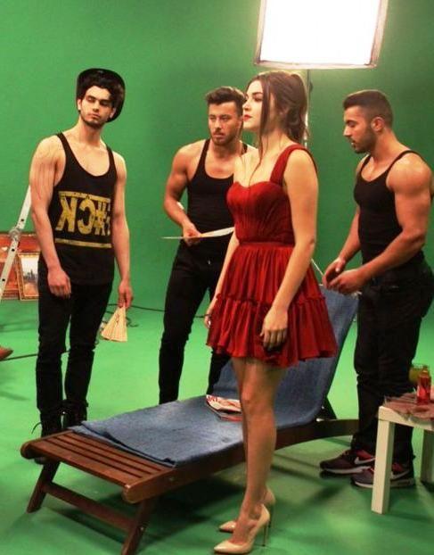 Güneşin Kızları Selin'in reklam filmi çekimlerinde giydiği Kırmızı tek omuz…