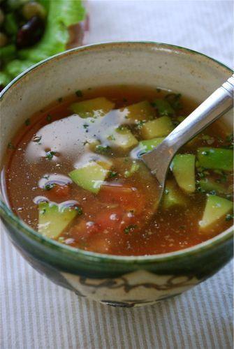 アボカドとトマトをサッと煮立てたメキシコ風スープ。昆布茶を入れてそれがダシ替わり。和風になるかと思いきや、トマトの酸味と風味のおかげで、異国風の味になるのです。パセリとあわせていますが、パクチーに替えてもいいですよ。1) アボカド、トマト、昆布茶、水、カイエンペッパーを鍋に入れて中火にかけ、煮立ったら3分煮込んで火を止める。  (2) 器に注ぎ、パセリを散らす。