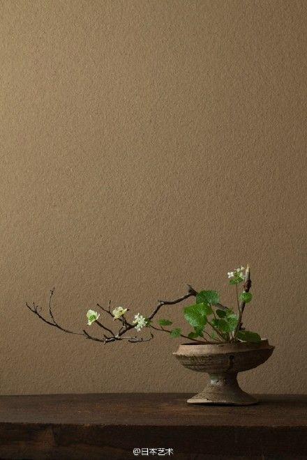 """川濑敏郎(1948-)是日本花道艺术家,他曾于法国留学,回国后,在花道的原型""""立花""""(たてはな)及由千利休完成的""""投入""""(なげいれ)的基础上进行花道艺术创作,取得广大的关注。在花道艺术创作的同时,他还进行花道艺术的写作,著有《一日一花》《今样花传书》等。"""