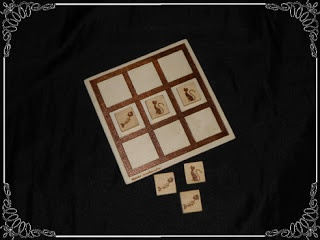 3 en raya, en madera pirograbado tanto la base como las piezas con dibujos de gatos y raspas...: Maderapirograbado