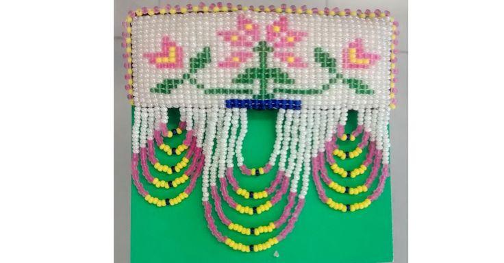 Barrette de perles amérindiennes avec motif de la fleur montagnaise. D'une longueur de 4 pouces, 3.5 pouce de largeur 45$/can + taxes et livraison Création de Alyce Paishk