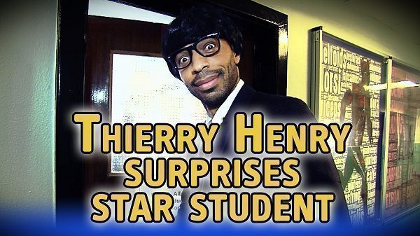 Francuz ubrał perukę i okulary • Thierry Henry stał się nauczycielem i odwiedził szkołę średnią • Wejdź i zobacz śmieszny film >> #henry #football #soccer #sports #pilkanozna #funny