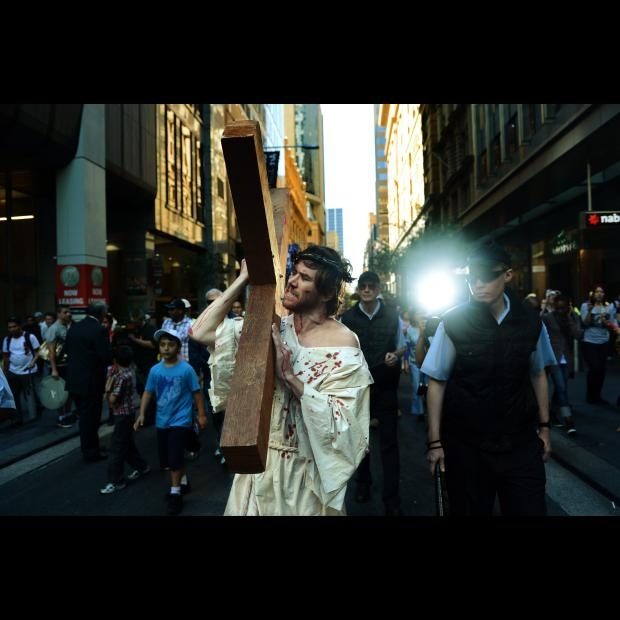 Paul Cattanach (d) representa a Jesús durante una procesión hoy, viernes 6 de abril de 2012, como parte de la celebración del Viacrucis del Viernes Santo en Sydney (Australia). EFE/DEAN LEWINS