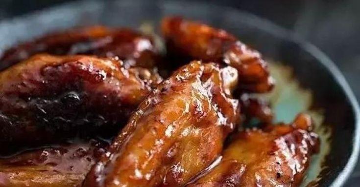 紅燒雞翅材料:雞翅;橄欖油;醬油;蔥姜蒜;鹽;冰糖做法:1、將雞翅洗凈、瀝干水份,備用。2、用適量水、鹽、橄欖油、醬油、薑末、蒜末等調味料調成醬汁3、將雞翅放入一個大碗中,倒入醬汁,放入切碎的蔥,攪拌均勻後放入冰箱腌制2個小時左右。4、鍋中加橄欖油,加熱後放入腌制好的雞翅翻炒,加少許醬油上色後繼續翻...