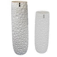 Originální keramická váza v bíle barvě s promačkáváným povrchem. Jde o vázu velkých rozměrů, ideální k aranžování květin. Vázu můžete kombinovat z dalšími vázami a květináči ze série Timber.