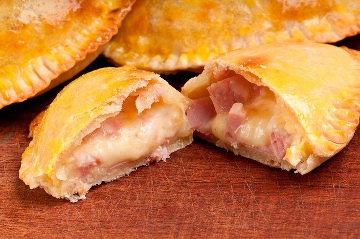 Las empanadillas son una de las recetas más socorridas. Son muy sencillas de hacer, y además hoy las hemos preparado al horno, para que sean mucho más sanas.  #Empanadillas_de_Jamón_y_Queso #recetas #entrante #jamón #queso
