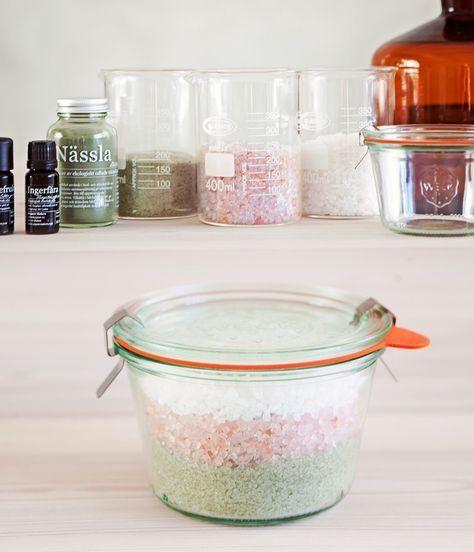 Den perfekta presenten! Ljuvligt doftande badsalt i en vacker burk som kan återanvändas. En present som är både omtänksam, miljövänlig och eko! Och har mottagaren inget badkar är ett väldoftande, avslappnande och uppmjukande fotbad att rekommendera. Vi har använt tre olika sorters salt som alla gör nytta för huden: Det vita döda havssaltet i grova korn är rikt på mineraler …
