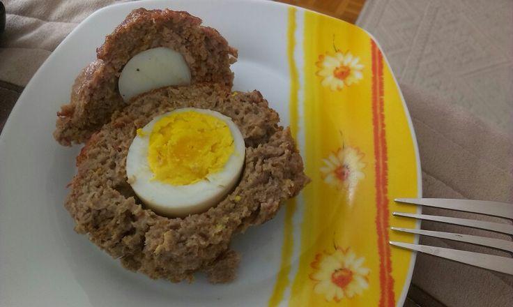 Töltött fasírt  1 kg pulyka darálthús, 1 tojás, 1 EK útifű maghéj, só, bors, pirospaprika, 3-4 főtt tojás