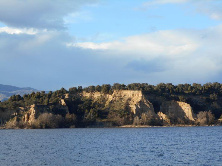 El Rio Alberche a su paso por Cazalegas. Al fondo y al centro Los Frailes
