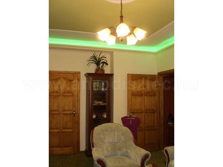 Zöld LED sorokkal készített megvilágítás egy klasszikus stílusú nappaliban.