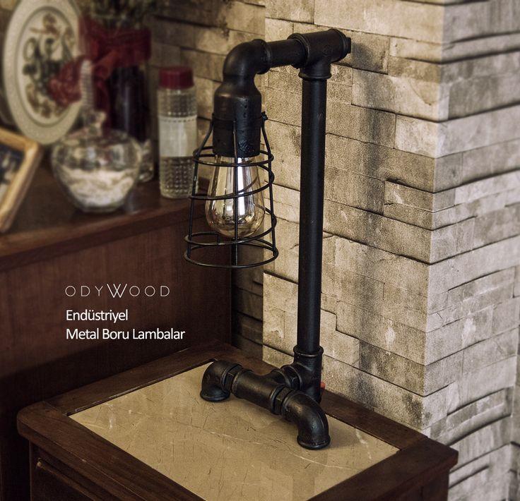 Vintage ampulü ve tesisat borularının birleşiminden oluşan Endüstriyel Boru Lamba