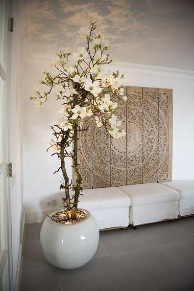 Kamerdecoratie. Meiboom en prachtig paneel aan de muur ♡
