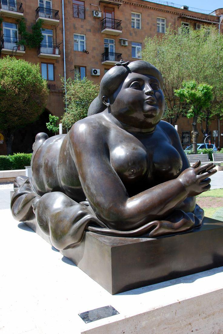 """Ереванский Каскад. """"Курящая женщина"""" Фернандо Ботеро."""