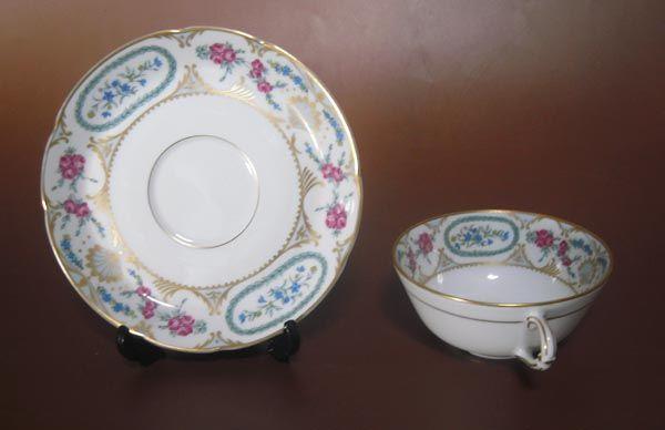 商品明細 商品名 ベルナルド ヴィニー カップ&ソーサー リモージュ  ベルナルド ベルナルドは、リモージュ地域最大の窯元を誇り、純白のカオリンを生かした素地の白さには定評があります。 リモージュ 1766年、フランスリモージュ地方で硬質磁器生産には欠かせないカオリンが出土、最盛期には、多くの窯元が現れ、ルノワールなども絵付け職人として雇用されていました。本商品のバックスタンプにはリモージュ・フランスの刻印があります。 商品説明 青いデルフィニュームとピンクの薔薇を小さいながら丁寧に描き、そこに金彩...