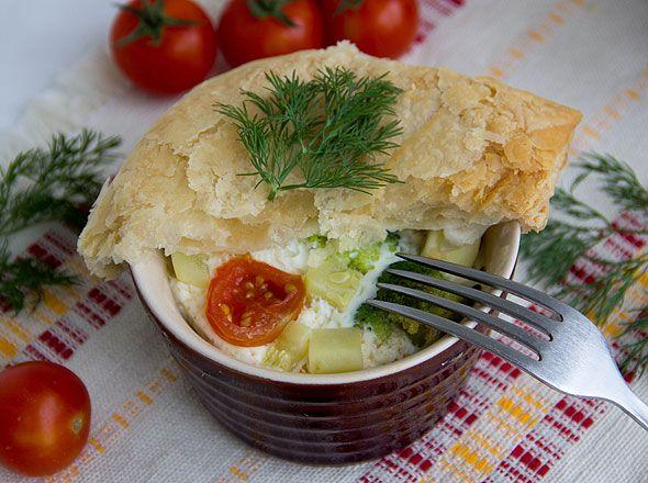 В горшочках или на гриле, жареные или на пару овощи могут стать как основным блюдом, так и вкусным гарниром к мясу, рыбе или птице. Сегодня Passion.ru предлагает приготовить овощное блюдо в горшочках.