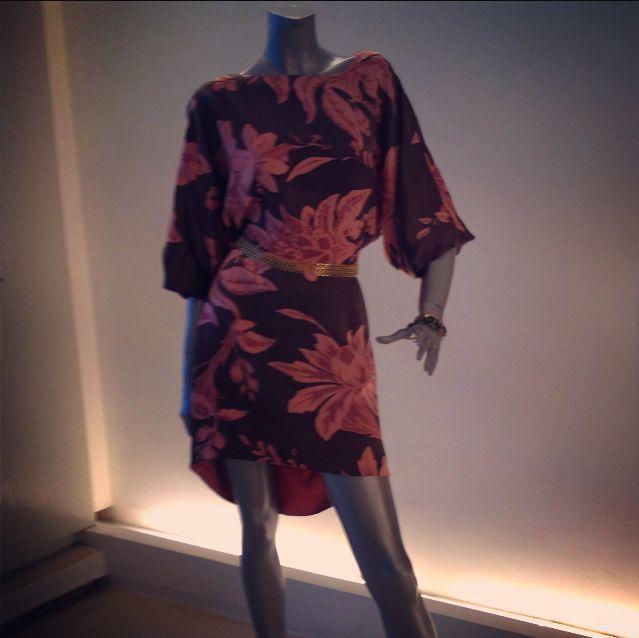 Vestido high-low en satín de seda estampado con manga amplia.
