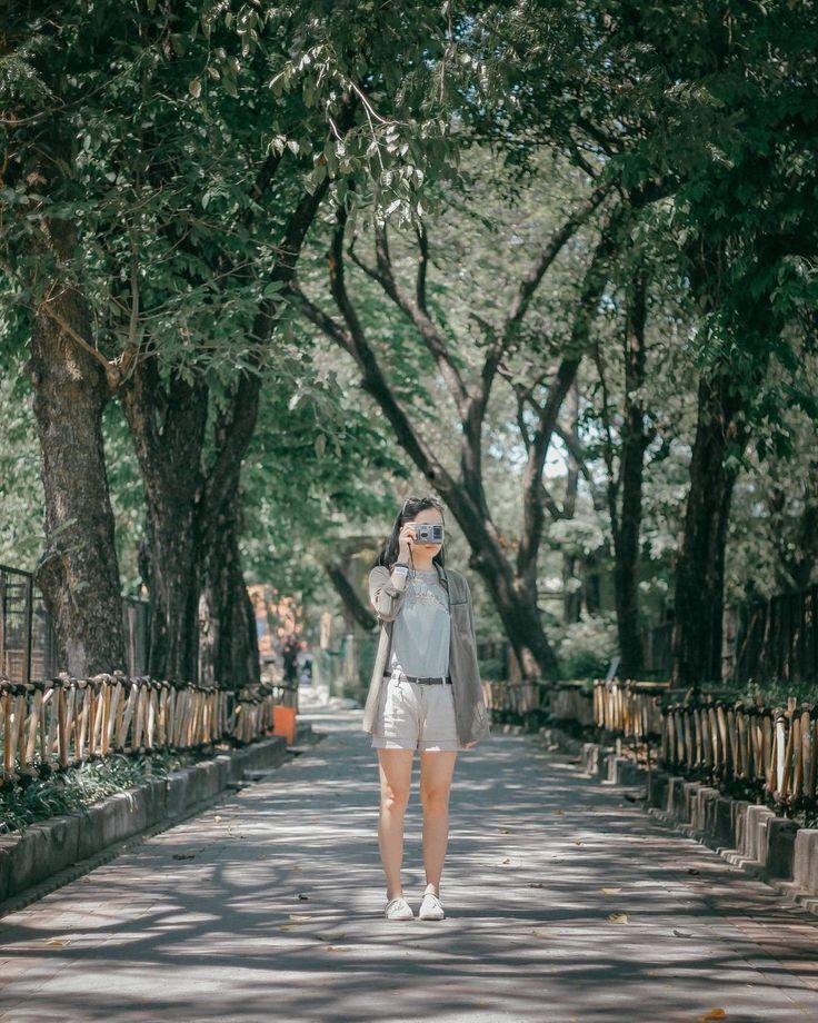 Kebun binatang? Ah bosan! Eh, tunggu dulu. Kebun Binatang Surabaya ini udah terkenal diseantero jagad perkebun-binatangan loh, Dolaners. Belum lagi usianya yang cukup matang. Maksudnya, gak ada salahnya sesekali balik lagi jalan-jalan ke Kebun Binatang Surabaya seperti jaman kanak-kanak dulu. Siapa tahu, Dolaners sekarang bisa nemu atau lihat hal baru di Kebun Binatang Surabaya. Gak percaya? Baca dulu, deh.