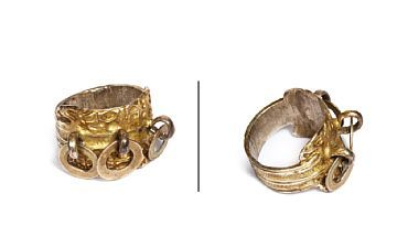 RING  Forgylt sølv og sølv. Ringen er støpt og montert med tre ringer på toppen. 1800- tallet.  STØRRELSE 56