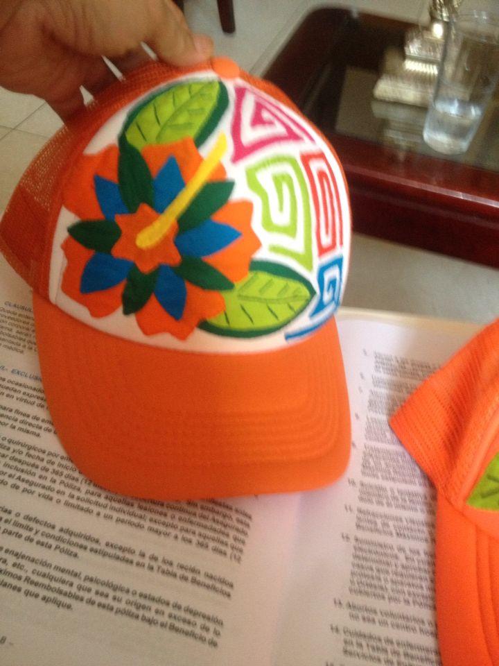 Gorras decoradas con mola