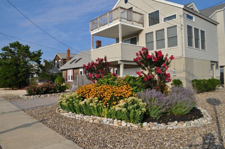 Gartengestaltung mit steinen und blumen  moderne-gartengestaltung-steinen-vorgarten-idee-kies-blumen-beete ...