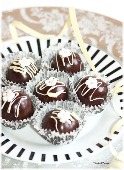 Pour un goûter gourmand ou un buffet sucré, je vous propose ces boules très faciles à faire sans cuisson à base de biscuits moulus, fruits secs...recouverts d'une ganache au chocolat noir et pralinoise. Ces petites gourmandises ne nécessitent pas de cuisson,...