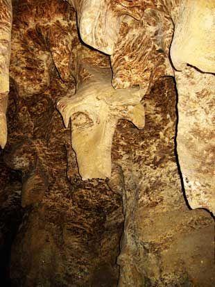 Хрустальная пещера, они тускло освещали нам дорогу.  Чего уж мы не ожидали увидеть, но мы об этом даже не подумали. Ехать до Кунгурской пещеры не так долго и это действительно того стоит...  Для посещения пещер наилучшим образом подойдет не скользкая, удобная, непромокаемая обувь, одежда, которую не жалко испачкать, вода спокойная.  Сад камней, далее по аллее – милейшие металлические скульптуры.
