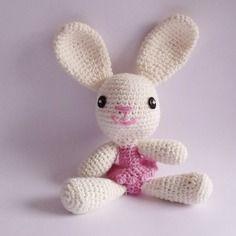 Petite lapine blanche avec son tutu rose en crochet, amigurumi