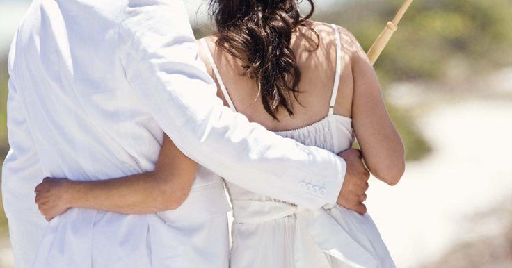Cómo ser una esposa sumisa. El matrimonio de cada persona es diferente. Algunas parejas, ven su matrimonio como un equipo, mientras que a otras les gusta dividir las decisiones entre ambos cónyuges. Otras personas prefieren tener al cónyuge al mando del matrimonio y que sea quien tome las decisiones y limitarse a seguirlo. Si estás en este último grupo, tal vez quieras que ...