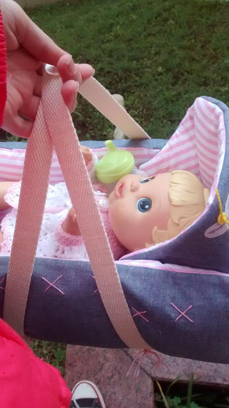"""Bebê conforto super legal e fofinho! ...para a sua bonequinha passear, descansar..dormir! Confeccionado em tecido de algodão e enchimento antialérgico. Para maior durabilidade, película protetora """"Scotch Gard""""."""