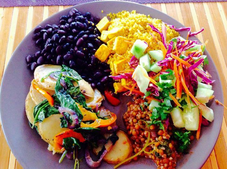 Papas en rodajas guisadas con pimientos, cebollas y espinacas, lentejas, ensalada, quinoa con tofu en curry y frijoles negros.
