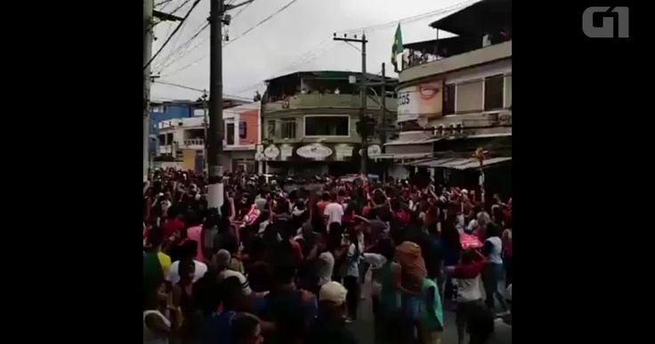 Protesto interrompe revezamento da tocha olímpica em Duque de Caxias