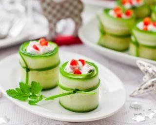 Roulés de concombre apéritifs à la ricotta pour les fêtes : http://www.fourchette-et-bikini.fr/recettes/recettes-minceur/roules-de-concombre-aperitifs-la-ricotta-pour-les-fetes.html