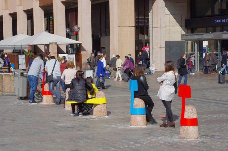 """Projet """"Boll"""" d'AdriAn Blanc, exposé devant la Gare de La Part Dieu à Lyon et produit par J.C. Decaux. La famille d'objets Boll se fixe sur les bornes de béton déjà présentes dans les espaces publiques. C'est avant tout, une invitation à repenser l'espace urbain, où chaque élément déjà existant peut devenir le support d'un nouvel élément. AdriAn propose trois modules : une table, un assise et un dossier, standardisés aux dimensions des bites de bétons de nos villes."""