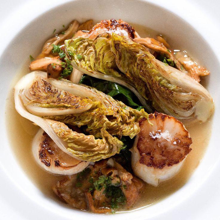 Découvrez la recette Noix de saint-jacques poêlées aux girolles et leur jus sur cuisineactuelle.fr.