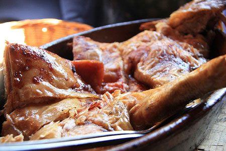 El cochinillo asado o tostón es una de las recetas de Navidad más típica en las casas españolas. Y es que no hay nada más agradable que disfrutar de una charla familiar mientras el cochinillo