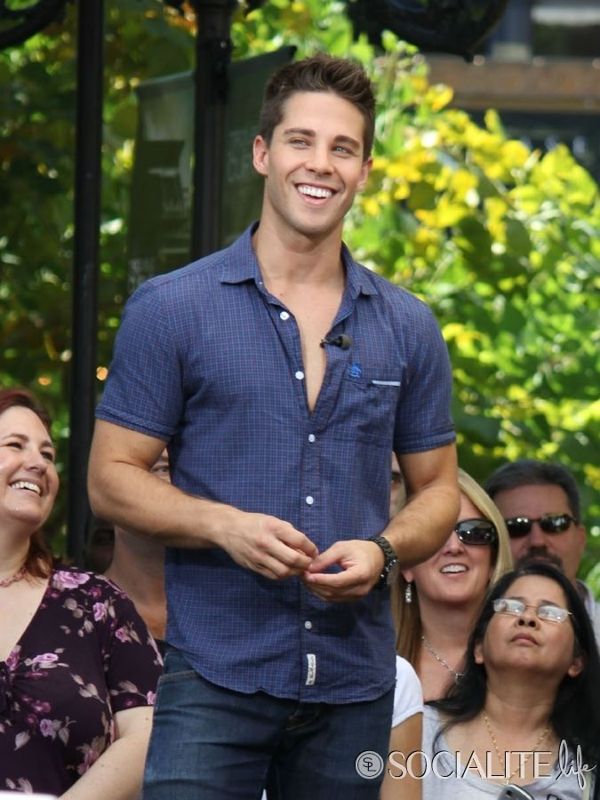 Dean Geyer Gives Gleeful Interview To 'Extra'