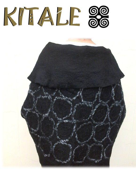 Echarpe negro realizado en fieltro nuno, con aplicaciones de lana y seda.