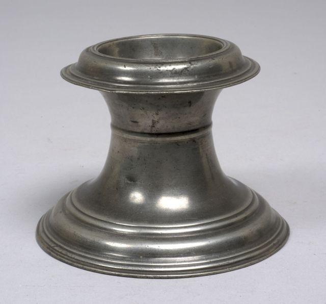 METZ Vers 1700 - Saleron en cabestan, belles moulures à la base et à la coupelle. Haut : 9,8 cm ==> https://www.artcurial.com/en/lot-metz-saleron-en-cabestan-belles-moulures-la-base-et-la-coupelle-poinconnage-au-fond-de-la
