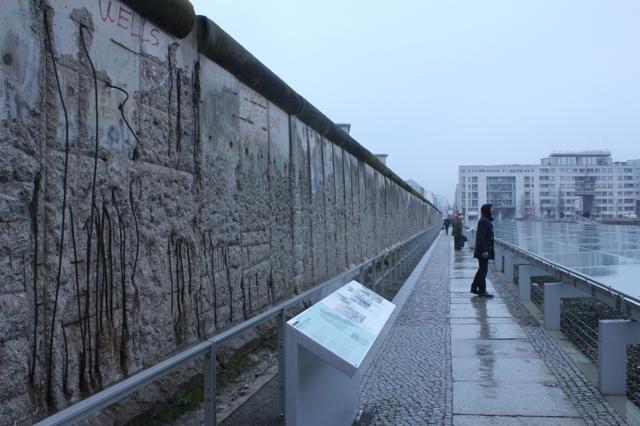 EAST-WEST - Een van de laatste stukken Berlijnse muur.