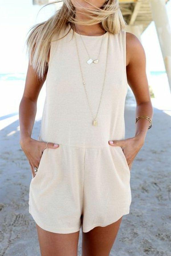 un combinaison court beige, bijou, blonde femme