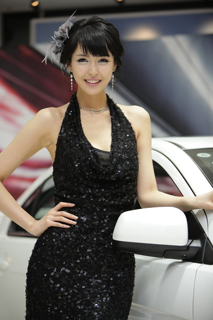 Kang Yoo Lee, a model of sophistication and rare beauty.