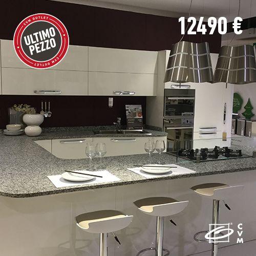 CUCINA TAORMINA Cucina modello Taormina, laccata bianco lucido, completa di elettrodomestci Ariston, piano lavoro in granito e cappe a isola elica. Prezzo: 12490,00 €