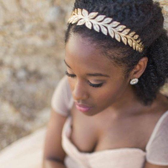 Idéias de acessórios e penteados para noivas.  O penteado e o acessório são sempre uma dúvida! Tem vezes que escolhemos o penteado e de última hora mudamos, ás vezes o penteado perfeito não combina com o vestido perfeito. E tem aquele penteado …